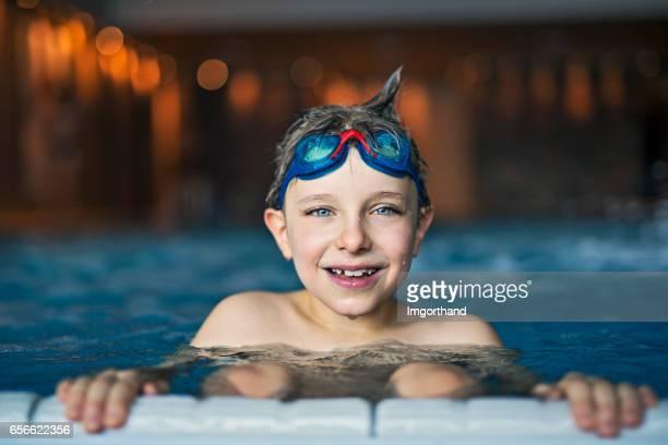 Kleiner Junge im Schwimmbad schwimmen