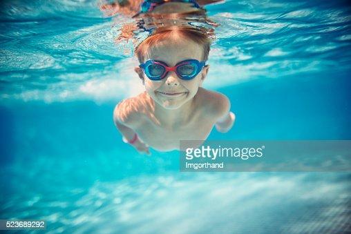 Kleiner Junge Schwimmen unter Wasser im pool