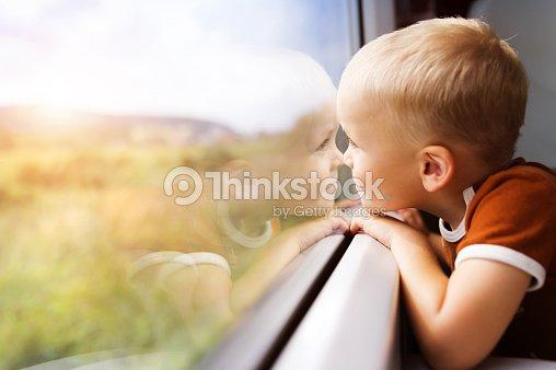 Little boy viaja en tren : Foto de stock