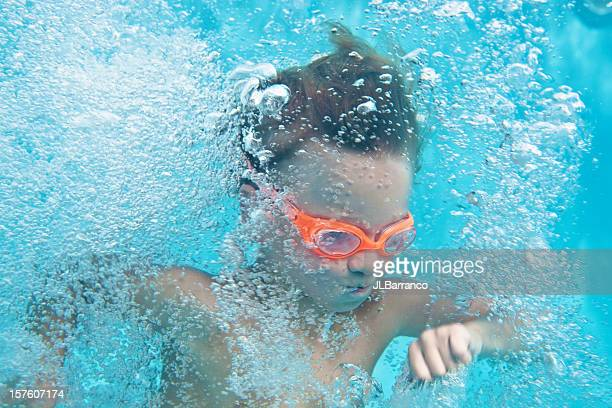 Petit garçon sous l'eau