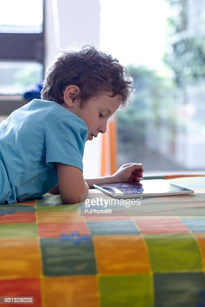 Petit garçon à l'aide de Tablette numérique