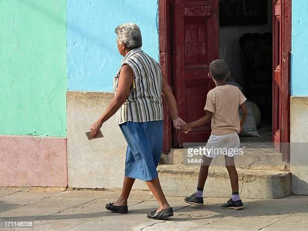 Kleiner Junge zu Fuß mit Oma in farbenfrohe Stadt Trinidad und Cuba