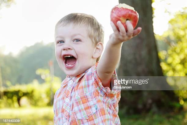 Petit garçon avec pomme