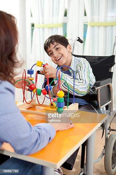 Petit garçon avec professeur et Paralysie cérébrale