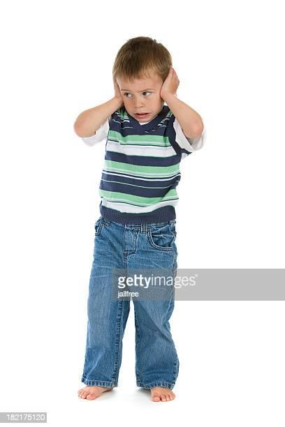Rapaz com as mãos sobre os ouvidos não estou a ouvir