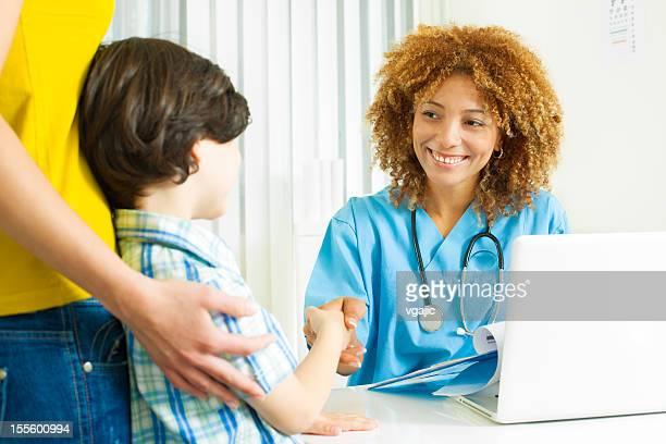 Petit garçon avec sa mère visite médecins bureau.