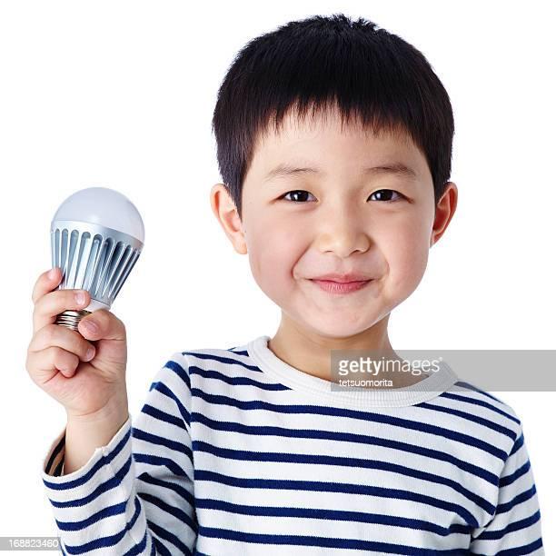 Little boy con bombilla de luz de LED