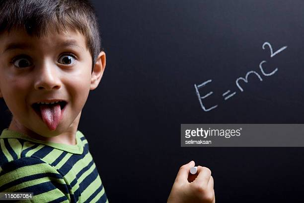 Kleiner Junge Schreiben Einstein Formel auf Tafel, Schauspielern wie ihn