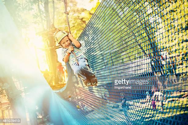 Kleine Junge Fahrt im adventure park