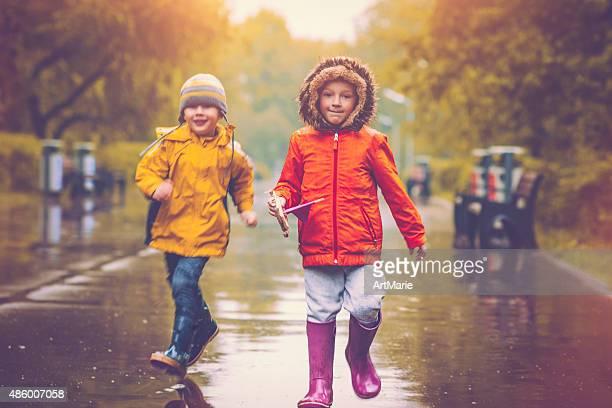 Petits garçons à jets de pluie
