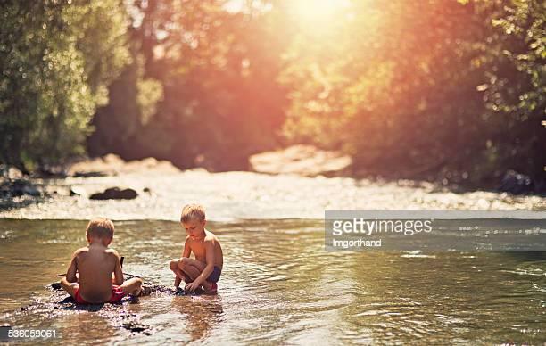 男の子で流れる川を渡ります。