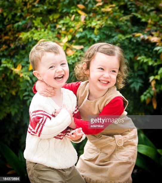 Kleine Bruder mit seiner Schwester zusammen lachen und Spaß haben