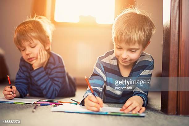 Petits frères profitant de dessin sur le sol