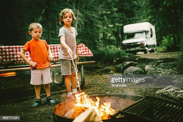 Little campeggiatori su strada viaggio Camper