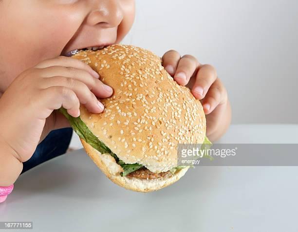 little caucasiana Menina comer burger