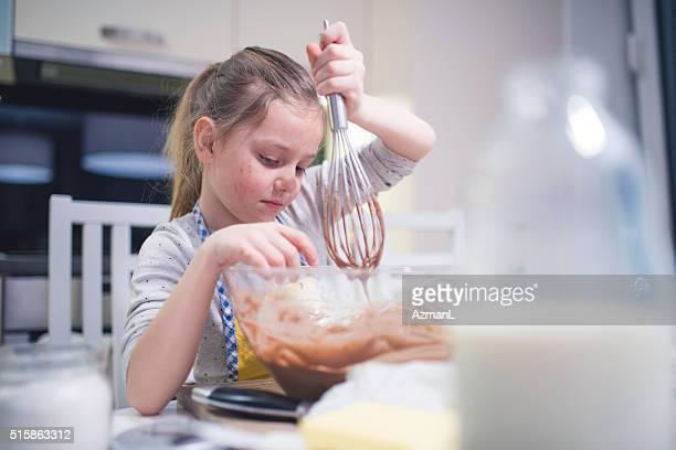 Pequeno cozinheiro chefe muffins de de cozedura