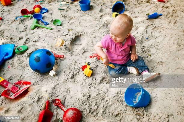 Kleines Kind im Sandkasten