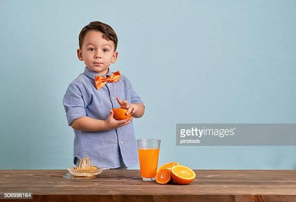 Kleines Kind Vorbereitung der hausgemachte orange juice