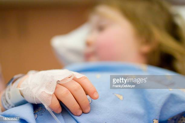 Petit enfant, nouée à l'hôpital lit