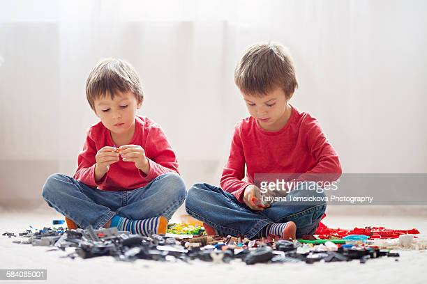 Little children playing with lego blockslas