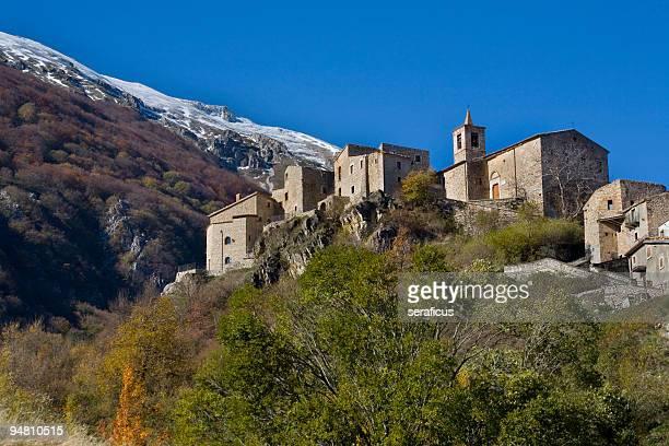 Piccola chiesa sulla montagna a roccacaramanico