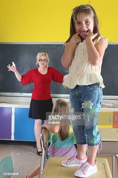 Petite fille jouer primaire en classe