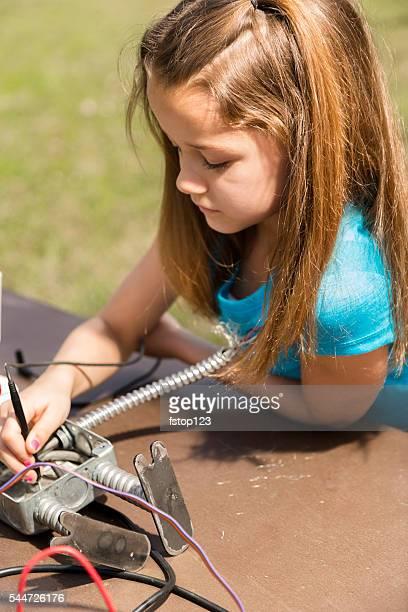 Wenig Ingenieur! elementar Kind, Mädchen schafft'robot'.