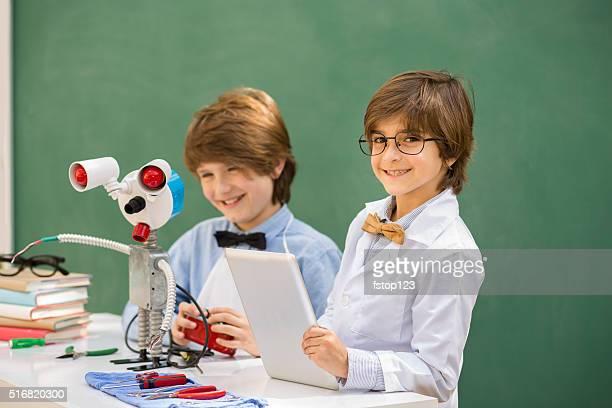 Pochi ingegneri! Bambino di età scolare collaborare'robot'creazione.