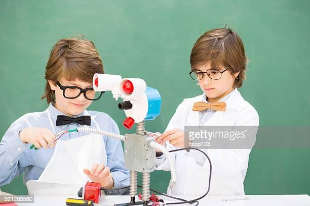 Kleine Ingenieure! Elementary age Kinder zusammen auf'robot'Design.