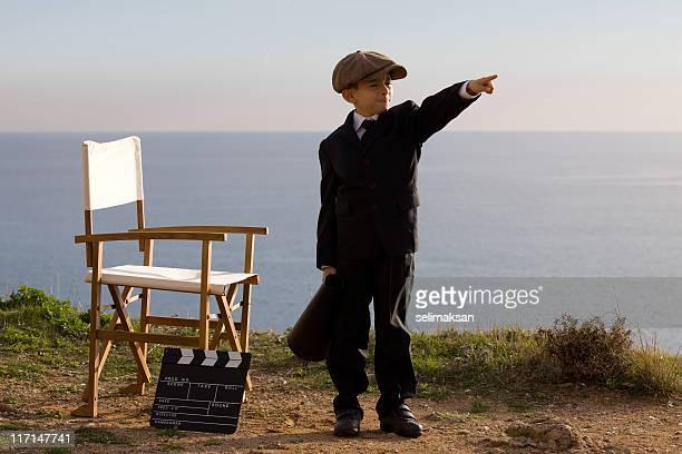 Little Réalisateur crier sur Porte-voix dans l'ensemble en plein air