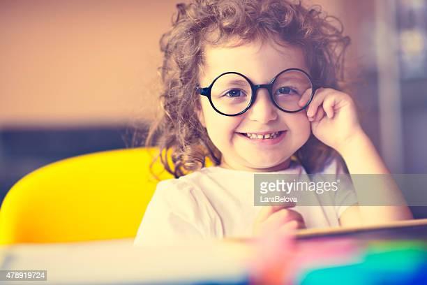 Petit drôle de fille à lunettes