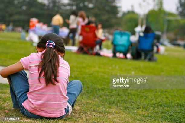 Kleines Mädchen allein in der Masse