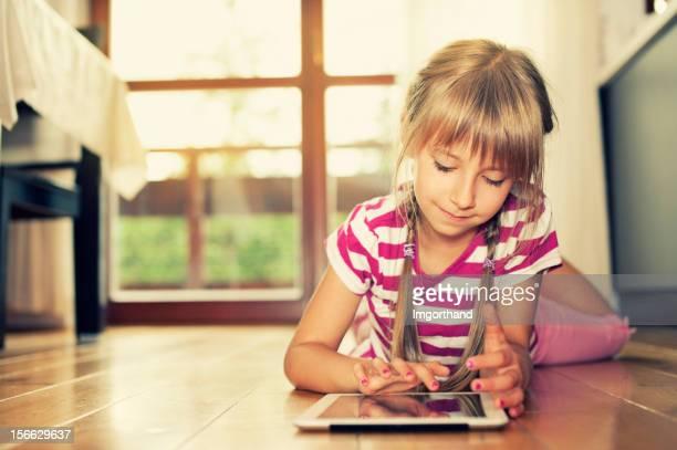 Little girl e un tablet