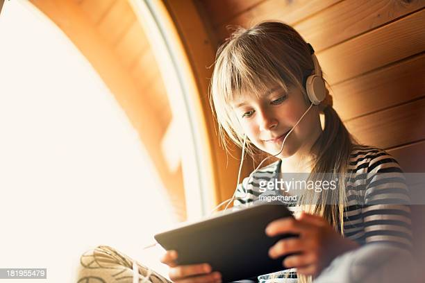 Little girl e un tablet