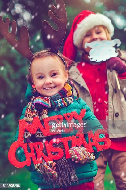 Kleine Mädchen und Jungen an Weihnachten