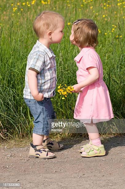 Kleine Mädchen und Jungen