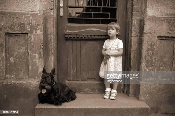 犬と少女の前に、古いています。