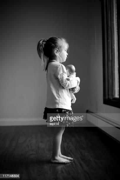 Kleines Mädchen und Ihr Baby