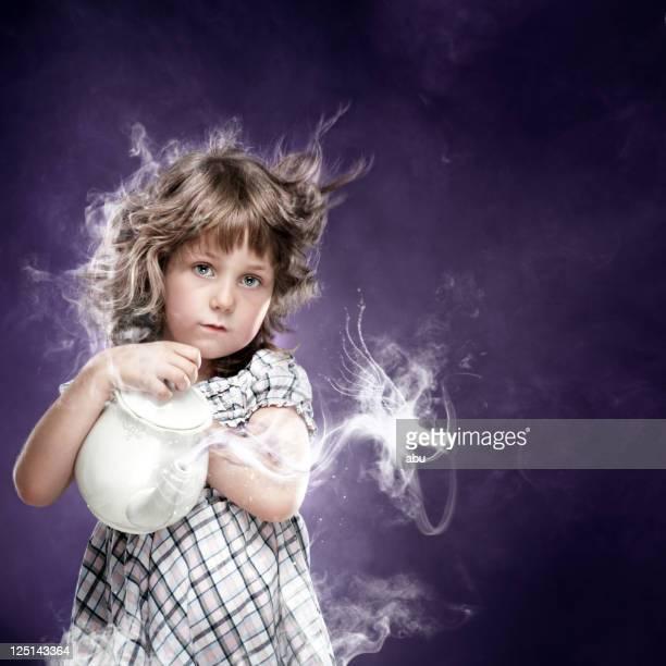 小さな女の子は彼女のピッチャーと魔法
