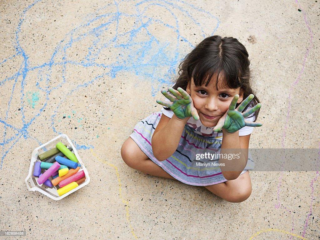 Kleines Mädchen und Ihr Gehweg art : Stock-Foto