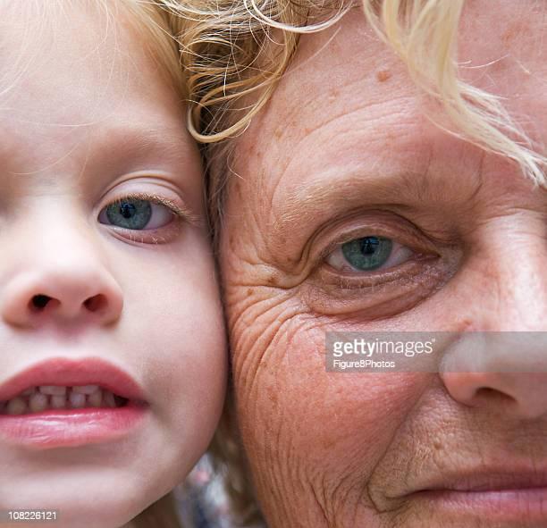 Petite fille et femme âgée avec des visages présentés ensemble