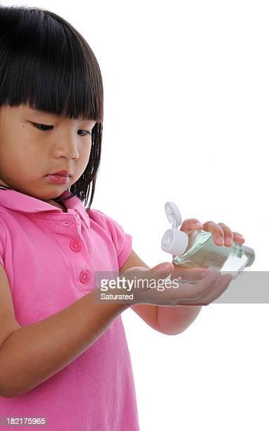 Petite fille appliquant de désinfectant pour les mains