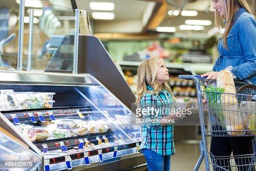 少女を何かを問うモメンタル食料品ショッピング