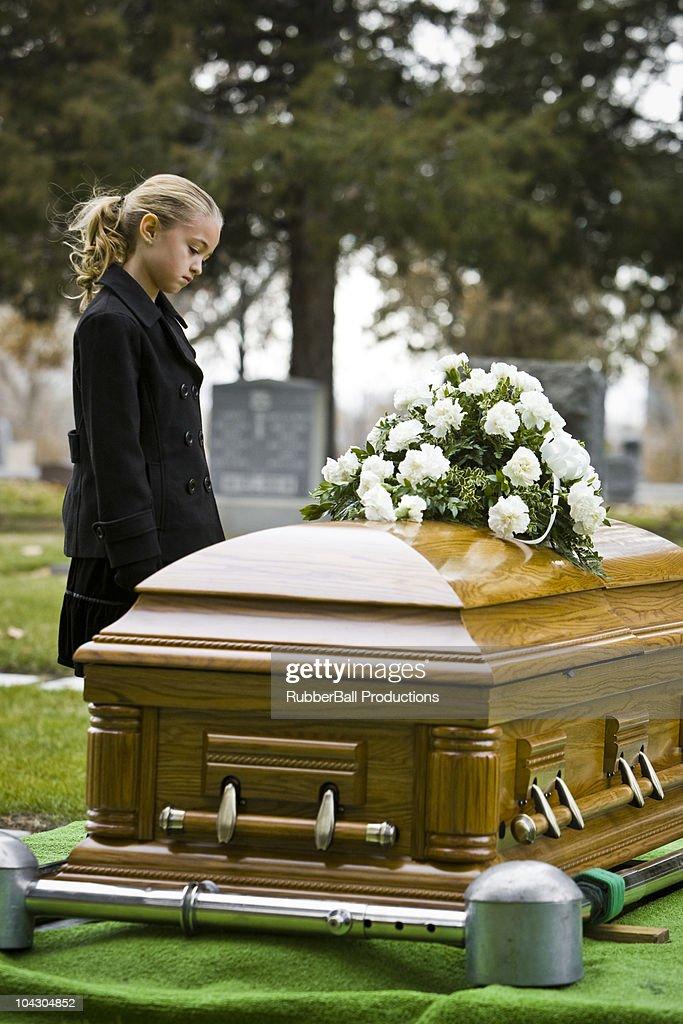 Novembre : Prions pour nos chers défunts les âmes du Purgatoire ! Little-girl-at-a-funeral-in-a-cemetery-picture-id104304852