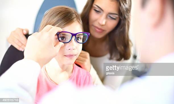 Petite fille au optique de bureau.