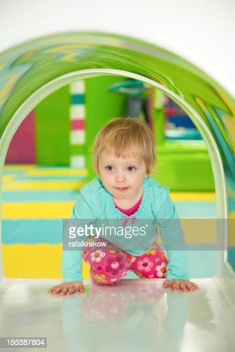 petite fille sur laire de jeux photo getty images. Black Bedroom Furniture Sets. Home Design Ideas