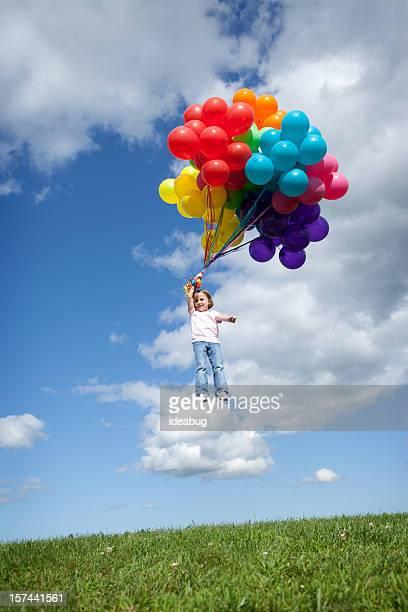 Petite fille être transporté par ballons