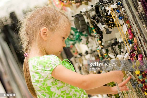 Petite fille en choisissant des bijoux de costume