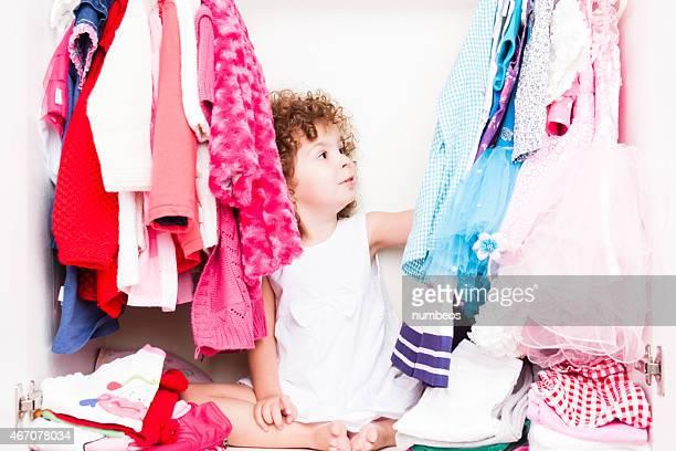 Petite fille en choisissant ses vêtements