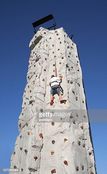 少女、高さのある壁一面のクライミング